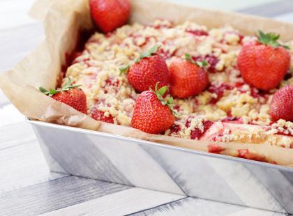 Ciasto drożdżowe z truskawkami, które zrobisz bez wyrabiania!