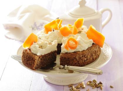 Ciasto marchewkowe z kardamonem i bitą śmietaną