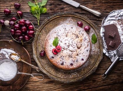 Ciasto z wiśniami i lodami