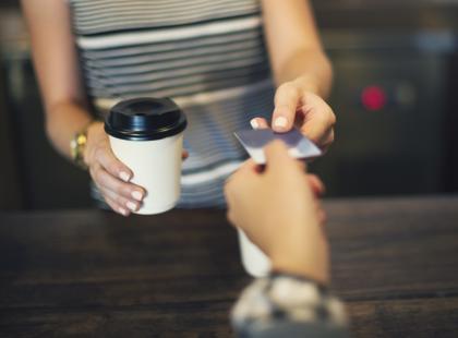 Ciężarna zamówiła w sieciówce ulubioną latte. To, co dostała wprawiło ją w osłupienie!
