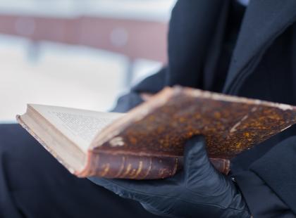 """Co czują bezdomni? """"Niewidzialni"""" to pierwsza książka ich autorstwa, której druk ukazuje się tylko na mrozie"""