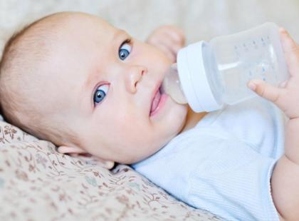Co małe dziecko powinno pić: wodę czy herbatę?