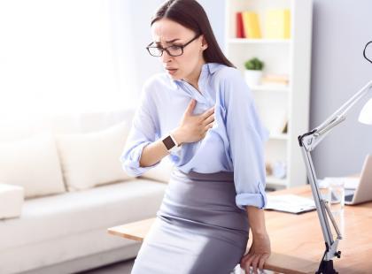 Co oznacza ucisk w klatce piersiowej?