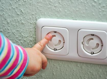 Co robić, gdy dziecko uległo porażeniu prądem?