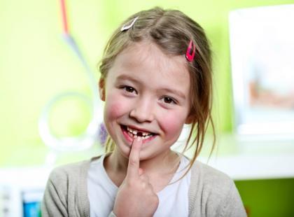 Co robić, gdy dziecko wybije stały ząb?
