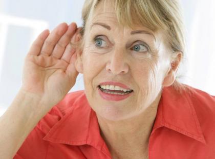 Co robić, kiedy senior przestaje słyszeć?