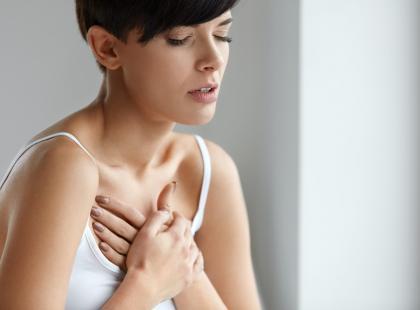 Co sygnalizuje pieczenie w klatce piersiowej?
