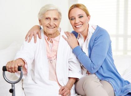 Co trzeba umieć, żeby zostać opiekunką dla seniora w Polsce?