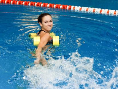 Ćwicz w wodzie, a szybciej schudniesz – trening idealny na lato