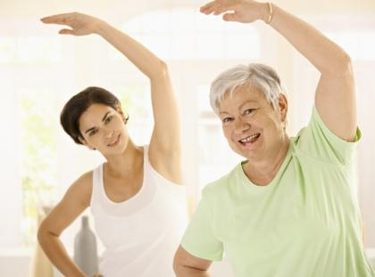 Odpowiednio zaplanowany trening siłowy może zapobiec utracie masy mięśniowej związanej z wiekiem. Seniorzy nie powinni bać się ćwiczeń fizycznych w siłowni.