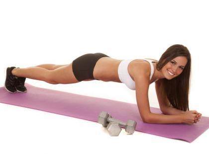 Ćwiczenie plank – jak utrzymać pozycję deski?