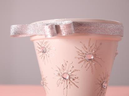 Czas przesadzić kwiaty! Zrób sama piękną doniczkę z metalicznymi zdobieniami!