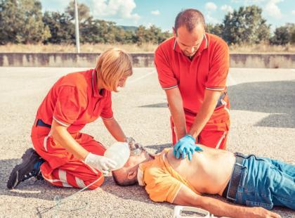 Czego nie wolno robić, gdy udzielamy pierwszej pomocy? 7 zasad!