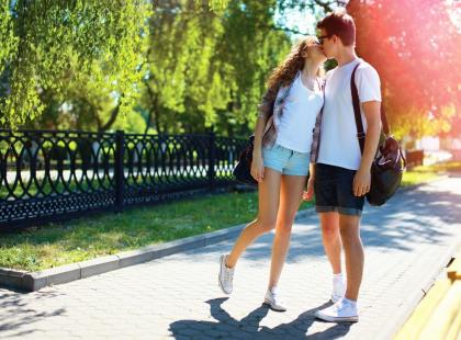 Czeka cię pierwszy pocałunek? Sprawdź krok po kroku, jak się całować!