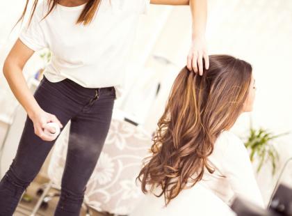 Często narzekasz na swoją fryzjerkę? Ona też nie ma lekko. Zobacz te zdjęcia