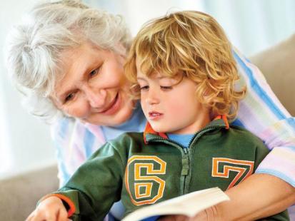 Czy babcia może pracować jako niania?