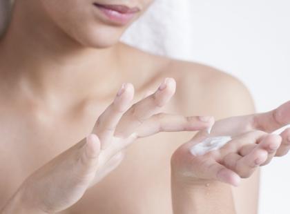 Czy emolienty nawilżają suchą skórę?