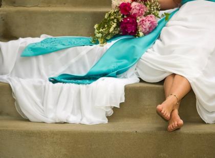 Czy kolorowe buty pasują do białej sukni ślubnej?