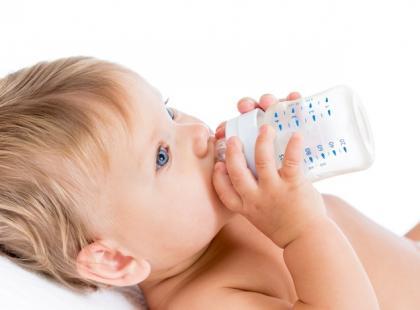 Czy latem należy podawać dziecku witaminę D?