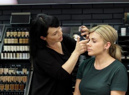 Czy makijaż wodoodporny jest odporny na wodę?