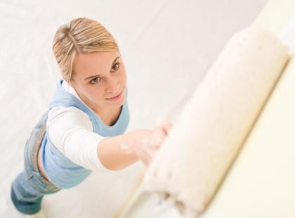 Czy ściany lepiej malować wałkiem czy pędzlem?