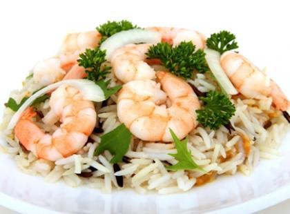 Po potraw z ryżem dodawane są warzywa oraz owoce morza.