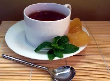 Czy wiesz dlaczego herbata robi się jaśniejsza po dodaniu soku z cytryny?