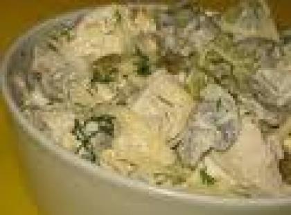 Czy wiesz jak przygotować sałatkę z grzybów z ogórkami i ziemniakami?