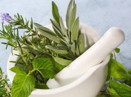 Czy wiesz jak przygotować śledzie w maśle ziołowym?