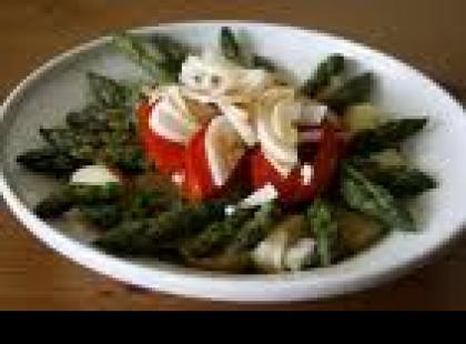 Czy wiesz jak przygotować szparagi z suszonymi pomidorami i kiełkami nasion?
