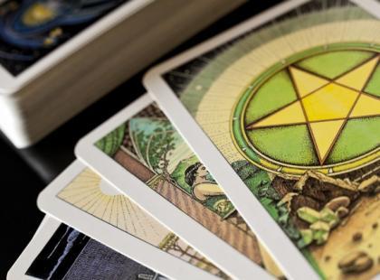 Czy wiesz jak wróżyć komuś z kart Tarota?