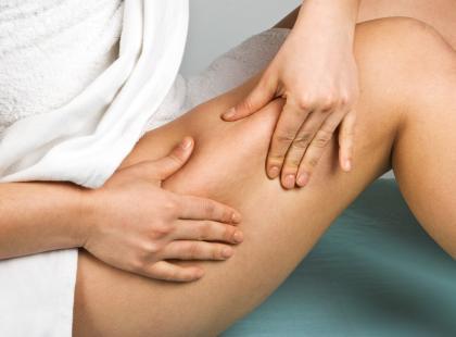 Zanim poddasz się zabiegom usuwania tkanki tłuszczowej, dokładnie przeanalizuj rodzaje dostępnych zabiegów. Warto skonsultować z lekarzem, która z metod, lipoliza, czy liposukcja, bedzie dla ciebie właściwa./ fot. Fotolia
