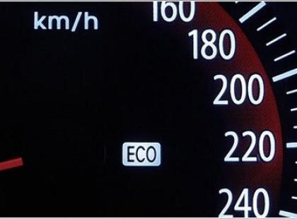 Czy wiesz, że powszechna technika jazdy mająca oszczędzać paliwo przynosi straty?