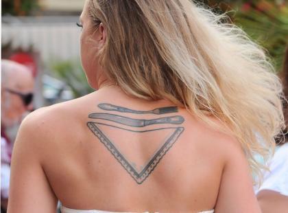 Czyj to tatuaż? Córka znanej celebrytki przykuła uwagę gości na imprezie