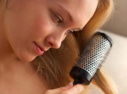 Czym czesać włosy? Czy szczotkowanie sto razy ma sens?