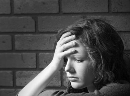 Na nasilenie bólu głowy mają wpływ tabletki antykoncepcyjne, ciąża, miesiączka, menopauza czy hormonalna terapia zastępcza – dlatego kobiety częściej skarżą się na napady migreny