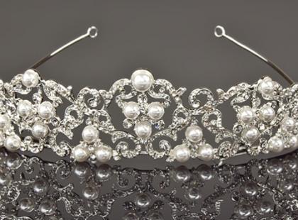 Czym ozdobić włosy do ślubu - opaską czy diademem?