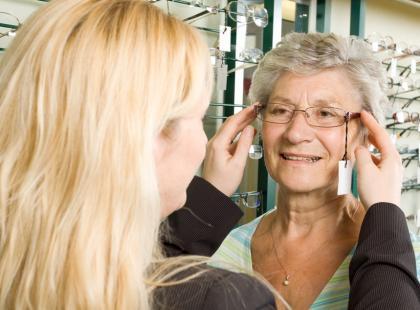 W salonie optycznym specjaliści dobiorą idealne dla nas soczewki i oprawki./fot. Fotolia