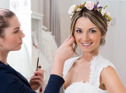 Czym się kierować przy wyborze fryzury ślubnej? Zobacz najnowsze trendy!