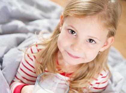 Dajesz dziecku mleko przed snem? Laktoza może uszkadzać jego zęby!