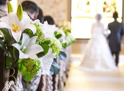Dekoracje kościoła na ślub - urocze i niewinne. Zainspiruj się nimi!