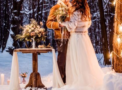 Dekoracje sal weselnych zimą – jak to zrobić?