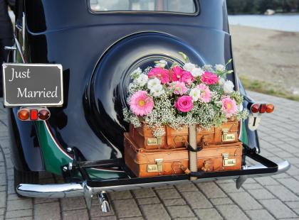 Dekoracje ślubne samochodu