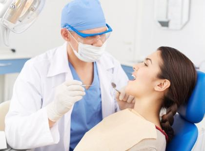 Dekortykacja przyzębia – proste zęby w pół roku?