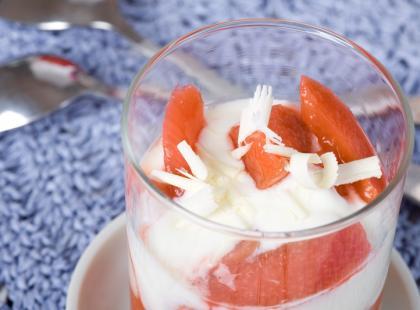 Deser jogurtowy z rabarbarem