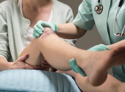 Diagnoza brzmi: skręcenie kolana? Dowiedz się, na czym polega, jakie są jego rodzaje i jak się je leczy