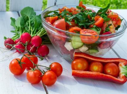 Dietetyczna sałatka z pomidorkami koktajlowymi