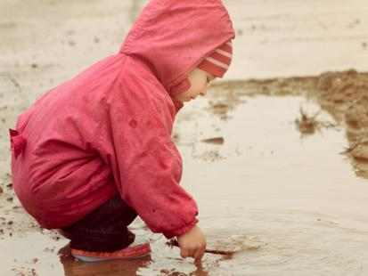 Dlaczego dzieci lubią brudną zabawę?