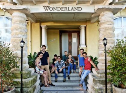 """Dlaczego kochamy seriale o przyjaźni? """"Przyjaciele z Wonderland"""" w Stopklatka TV!"""