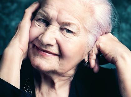 Dlaczego na starość powiększają nam się nosy i uszy?